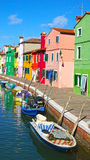 Kanal mit Booten auf der Insel von Burano, Venedig, Italien Stockbilder