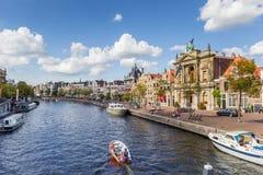 Kanal mit Booten und alten Häusern beim Spaarne in Haarlem Stockfotos