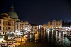 Kanal mit Booten und Gondel in romantischem Venedig stockfoto