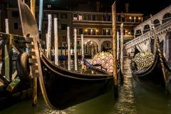 Kanal mit Booten und Gondel in romantischem Venedig stockbild