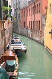 Kanal mit Booten in Venedig, Italien Lizenzfreies Stockbild