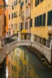 Kanal mit Brücke lizenzfreie stockfotos