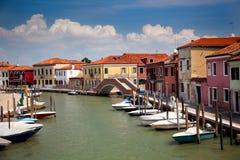 Kanal mit bunten Häusern/Italien/niemand Stockfotografie