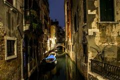 Kanal mit Gondel in romantischem Venedig stockfotos