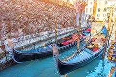 Kanal mit Gondeln auf dem Pier Venedig, Italien Architektur und Marksteine von Venedig stockbilder