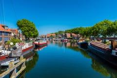 Kanal mit Hausbooten in Enkhuizen die Niederlande lizenzfreie stockbilder