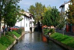 Kanal mitten in Mozzanica stockfotografie