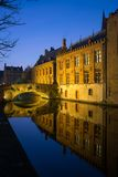 Kanal nachts in Brügge, Belgien Stockfotografie