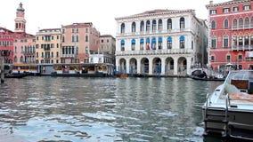 Kanal nahe der Rialto-Brücke in Venedig stock video