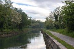 Kanal nannte Naviglio Martesana nahe der Stadt von Canonica d 'Adda in Nord-Italien lizenzfreie stockbilder
