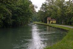 Kanal nannte Naviglio Martesana nahe der Stadt von Canonica d ?Adda in Nord-Italien lizenzfreie stockfotografie