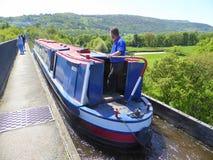 Kanal narrowboat, das über Aquädukt kreuzt lizenzfreies stockbild