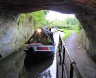 Kanal narrowboat hereinkommender Tunnel stockfotos