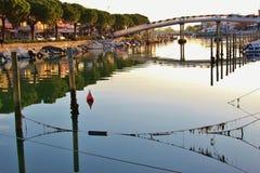 Kanal och fartyg i Grado, Italien Arkivbild