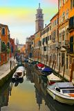 Kanal och fartyg i Venedig, Italien royaltyfri foto