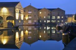 Kanal och fartyg på natten. Arkivfoton
