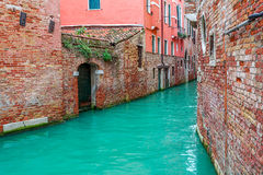 Kanal och gamla hus i Venedig, Italien Royaltyfri Fotografi