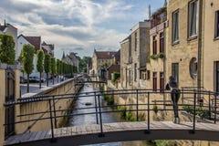 Kanal och gammalt hus i mitten av Valkenburg royaltyfria foton