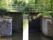 Kanal och gammalt vattenlås arkivfoto