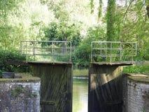 Kanal och gammalt vattenlås royaltyfria foton