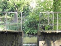 Kanal och gammalt vattenlås arkivfoton