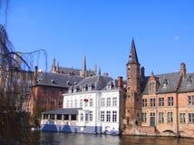 Kanal och historisk byggnad i Bruges royaltyfria bilder