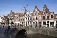 Kanal och historiska hus i Nederländerna royaltyfri foto