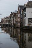 Kanal och hus, Alkmaar, Nederländerna Royaltyfria Foton