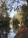 Kanal och kanalbana med trädreflexion i höst Arkivfoton