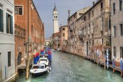 Kanal och kyrkligt torn i Venedig, Italien arkivbilder