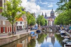 Kanal och St Nicolas Church i Amsterdam Royaltyfri Fotografi