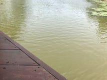 Kanal och träbro fotografering för bildbyråer