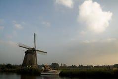 Kanal och väderkvarn nära Alkmaar arkivbild