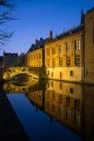 Kanal på natten i Bruges, Belgien Arkivbild
