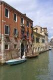 Kanal på Venedig i Italien Arkivbild