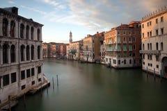Kanal som är stor från den Rialto bron. Venedig Fotografering för Bildbyråer