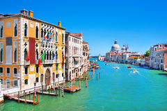 Kanal som är stor i Venedig, Italien arkivfoton