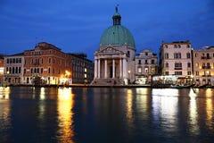 Kanal som är stor i Venedig, nattsikt arkivfoto