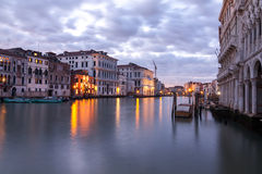 Kanal som är stor i Venedig på skymning Fotografering för Bildbyråer