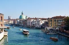 Kanal som är stor i Venedig (Venezia) under rusningstiden Arkivfoton