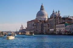 Kanal som är stor med basilikadi Santa Maria della Salute Arkivbilder