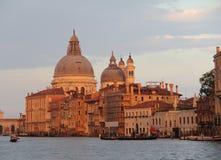 Kanal som är stor med basilikadi Santa Maria della Salute i beayutiful aftonljus på solnedgången i Venedig, Italien royaltyfria foton