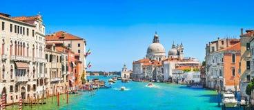 Kanal som är stor med basilikadi Santa Maria della Salute i Venedig Royaltyfri Foto