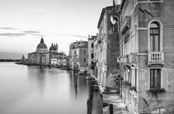 Kanal som är stor med basilikan Santa Maria della Salute i bakgrunden, Venedig, Italien arkivfoton