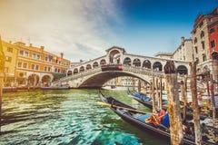 Kanal som är stor med den Rialto bron på solnedgången, Venedig, Italien Arkivbild