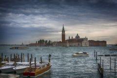 Kanal som är stor med den San Giorgio Maggiore kyrkan i bakgrunden Arkivfoto