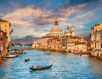 Kanal som är stor med Santa Maria Della Salute på solnedgången, Venedig, Italien arkivfoto