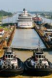 kanal som går ut från den panama shipen arkivfoton