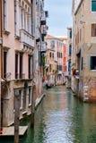 Kanal som omges av gamla slottar i Venedig Royaltyfria Foton