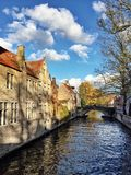 Kanal som omges av historiska byggnader i Bruges, Belgien Royaltyfria Foton
